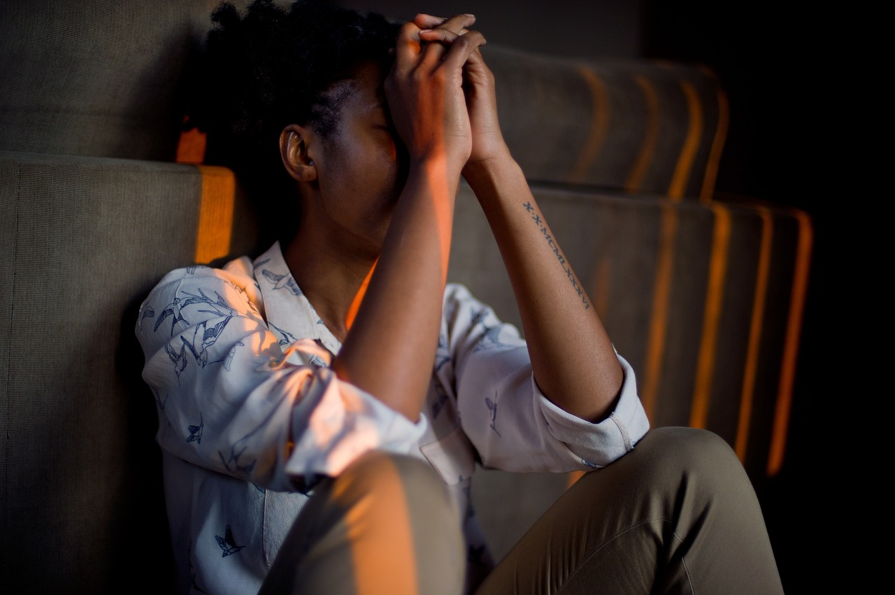 nešťastný člověk trpící posttraumatickou stresovou poruchou