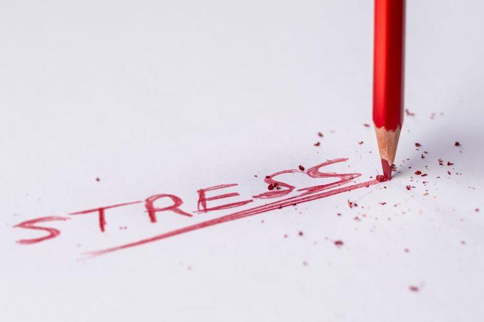 stres a nervozita napsané na papíře červenou tužkou