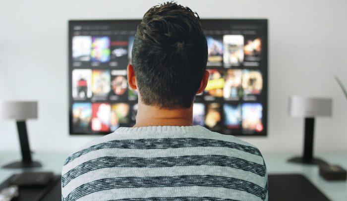 krize ve vztahu jak změnit muže muž rezignovaně sledující tv